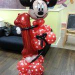 Coluna de balões com balao em número e balao do tema minnie.