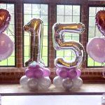 2 Colunas de Balões com Balão em número e 2 Centros de Mesa com balão em coração