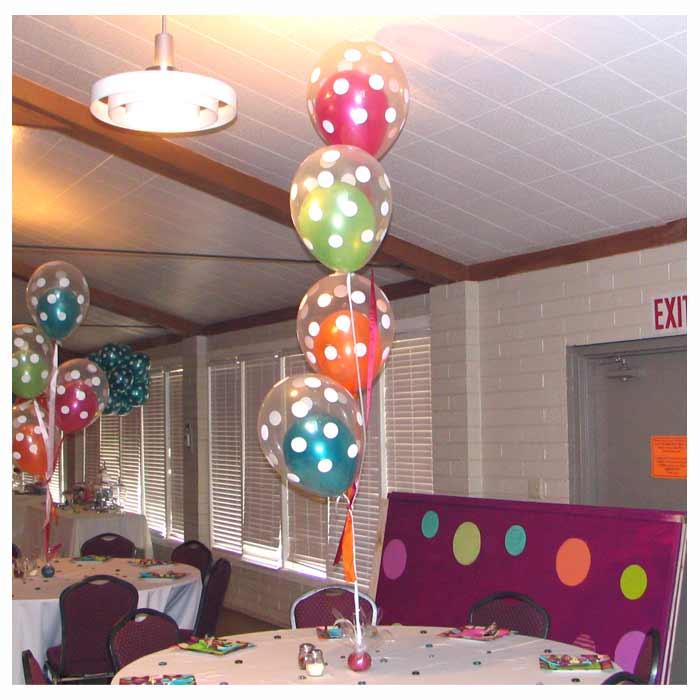Centro de Mesa com 4 conjuntos de balões transparentes com 1 balão no interior.